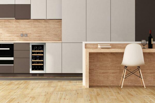 Stor vinkyl i rostfritt stål i beiget kök från Dunavox